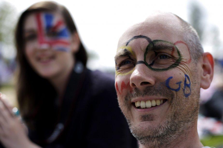 Des amateurs se sont maquillés pour regarder un match de tennis sur un écran géant dans le parc olympique. | 30 juillet 2012