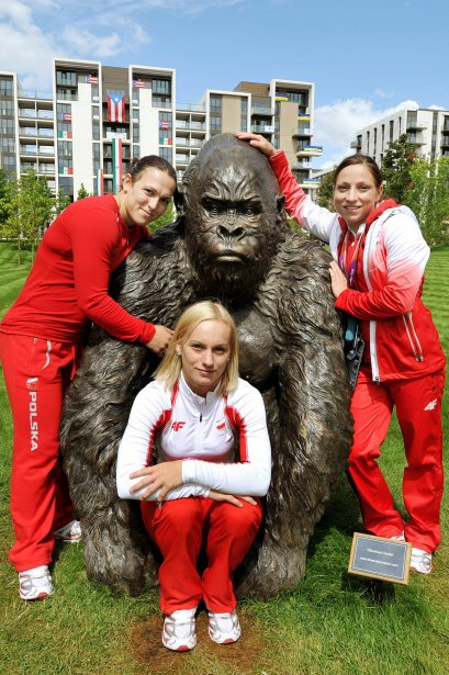 Les athlètes polonaises Ewa Mizdal, Joanna Lochowska et Aleksandra Klejnowska-Krzywanska se sont fait un nouvel ami dans le village olympique. | 30 juillet 2012