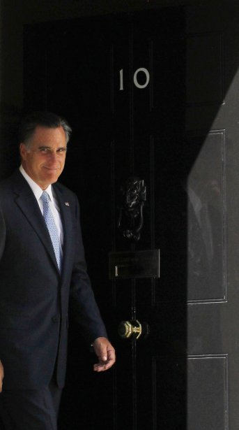 Mitt Romney sort de la résidence du premier ministre britannique David Cameron, le 10 Downing Street. | 30 juillet 2012