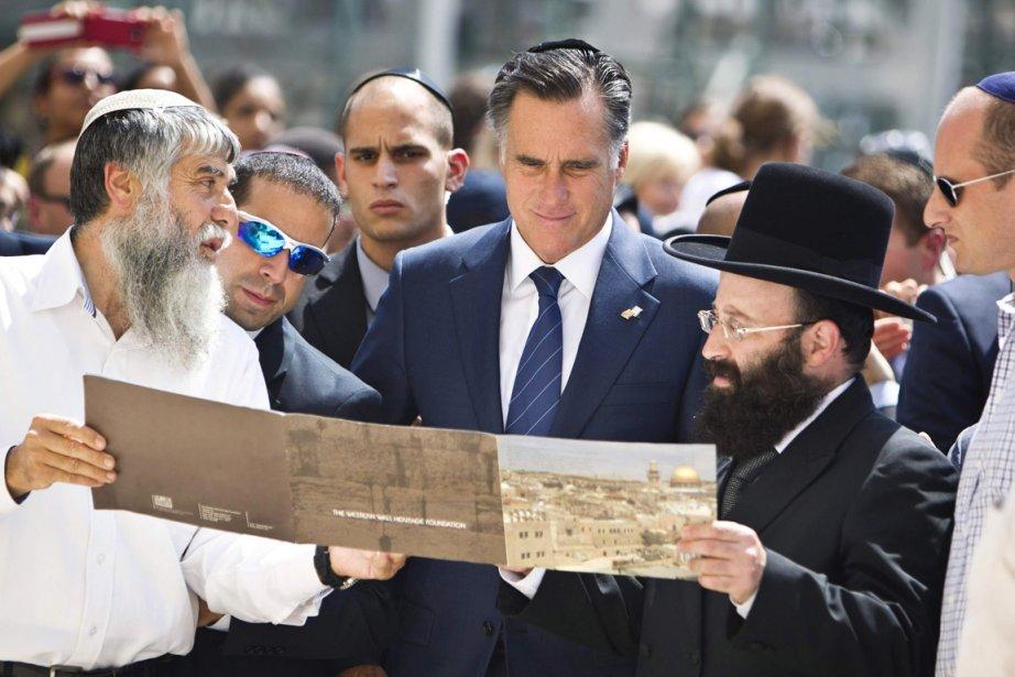 L'aspirant républicain à la Maison-Blanche est accompagné par le rabbin du Mur des Lamentations Rabbi Shmuel Rabinovitz (à droite), lors de sa visite de ce haut lieu du judaïsme, à Jérusalem. | 30 juillet 2012