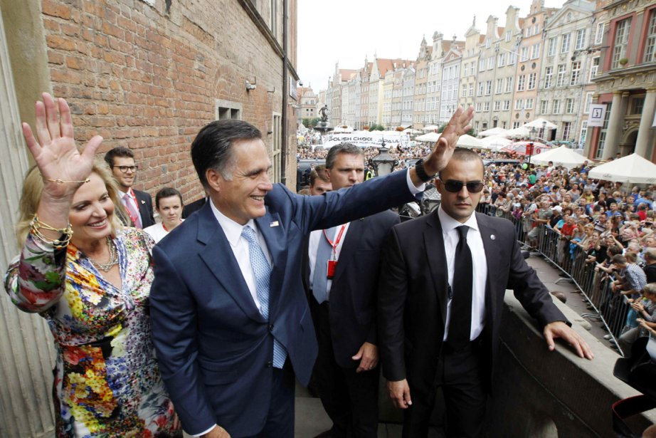 Mitt Romney et son épouse Ann saluent la foule massée devant l'hôtel de ville de la Vieille ville de Gdansk, en Pologne. | 30 juillet 2012