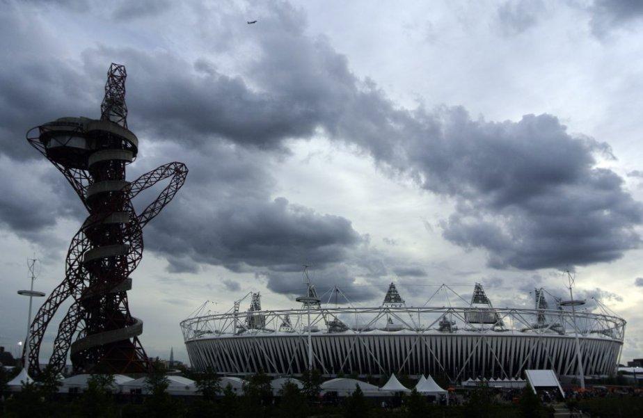 Une vue du stade olympique et de la tour Orbit par un ciel gris et menaçant. | 30 juillet 2012