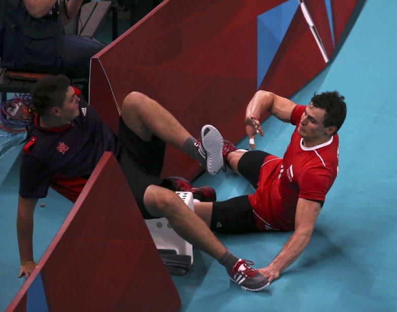Le métier de ramasseur de ballons peut être parfois difficile comme l'a remarqué ce jeune homme avec qui le volleyeur polonais Zbigniew Bartman est entré en collision. | 31 juillet 2012