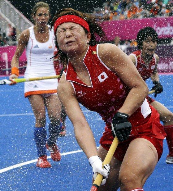 Nagisa Hayashi du Japon ne semble pas avoir apprécié recevoir de l'eau au visage alors que son pays affrontait les Pays-Bas au hockey sur gazon. | 31 juillet 2012