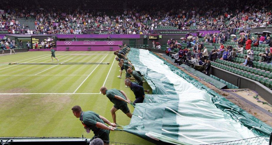 Les préposés à Wimbledon ont dû recouvrir le terrain en raison de la pluie. | 31 juillet 2012