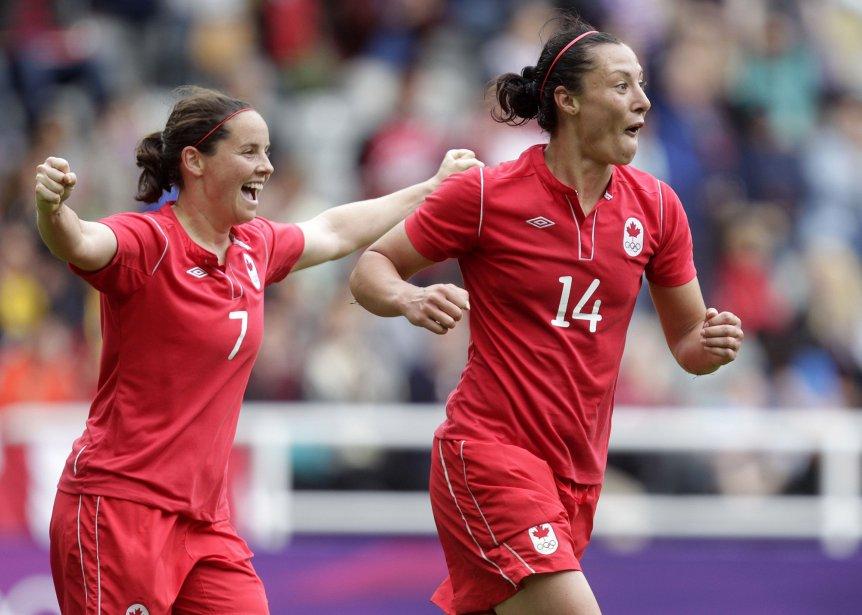 Melissa Tancredi (à droite) a marqué deux buts pour le Canada dans un match nul de 2-2 contre la Suède à Newcastle. | 31 juillet 2012