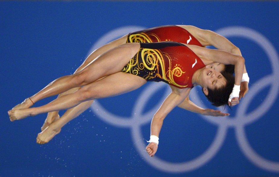 Bien installé dans les hauteurs de la piscine olympique avec quelques confrères photographes, j'ai pu saisir les gagnantes de la médaille d'or à la tour de 10 m, les Chinoises Chen Ruolin et Wang Hao. Les anneaux olympiques servaient de toile de fond. > Nikon D4 ; zoom 200-400mm F4,0 ; 1/1250 F4,0 ; 2500 ISO | 1 août 2012