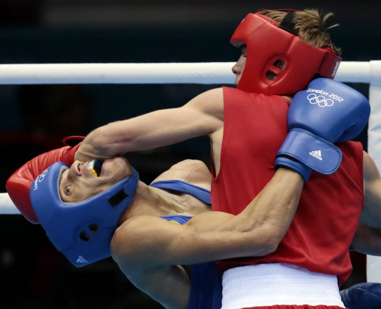 Le Russe Sergey Vodopiyanov assène un violent coup de poing au Brésilien Robenilson Vieira de Jesus chez les 56 kg. | 1 août 2012