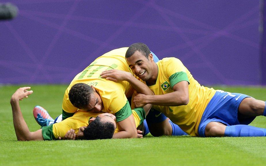 Sandro célèbre un but marqué la Nouvelle-Zélande avec ses coéquipiers Danilo et Lucas. | 1 août 2012