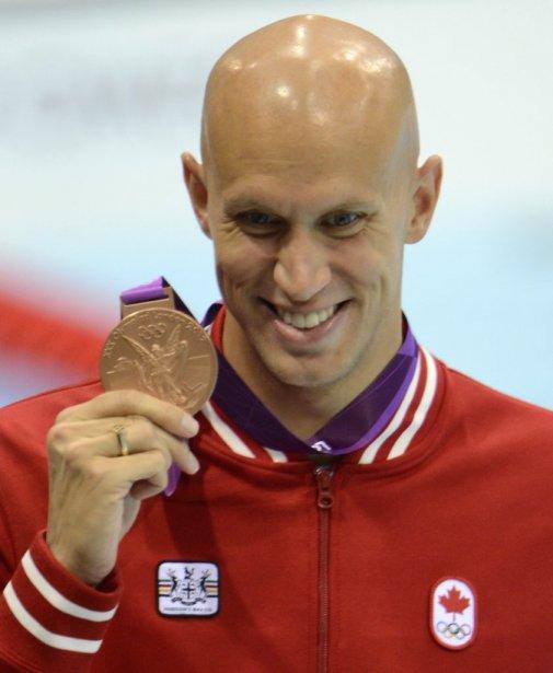 Le nageur canadien Brent Hayden pose fièrement avec la médaille... | 2012-08-01 00:00:00.000