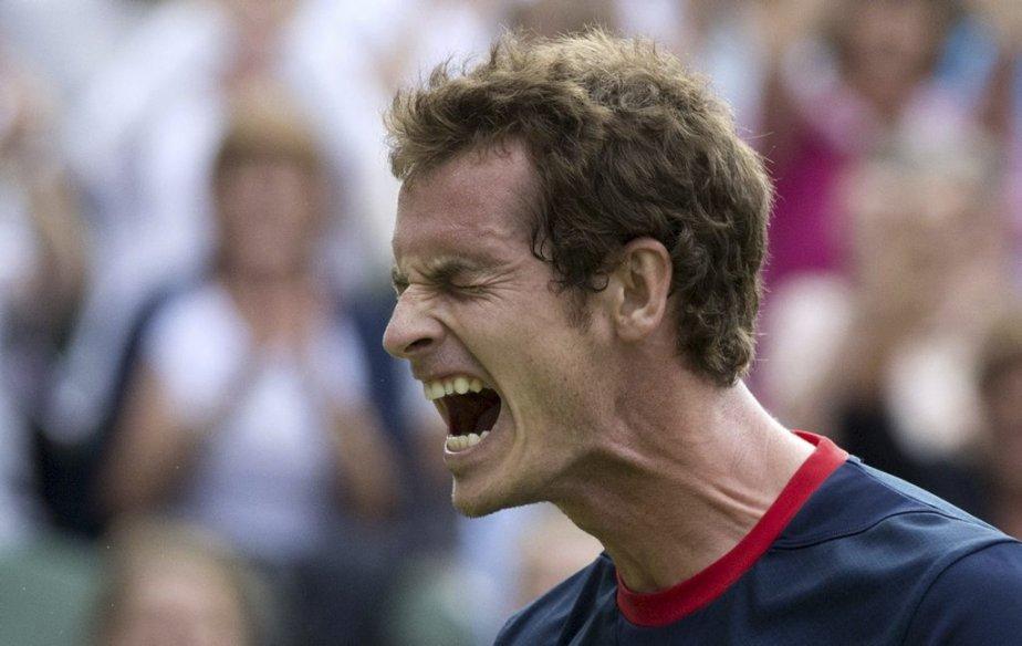 Le Britannique Andy Murray hurle de joie après avoir battu le Chypriote Marcos Baghdatis pour accéder aux quarts de finale du tournoi de tennis. | 1 août 2012
