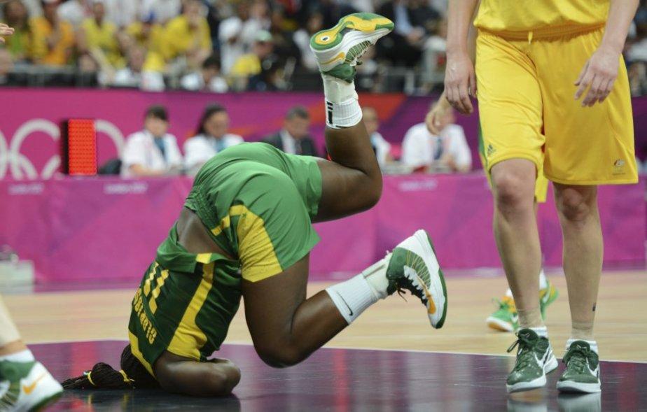 Clarissa Santos, du Brésil, est tombée tête première durant le match contre l'Australie au tournoi de basketball féminin. | 1 août 2012