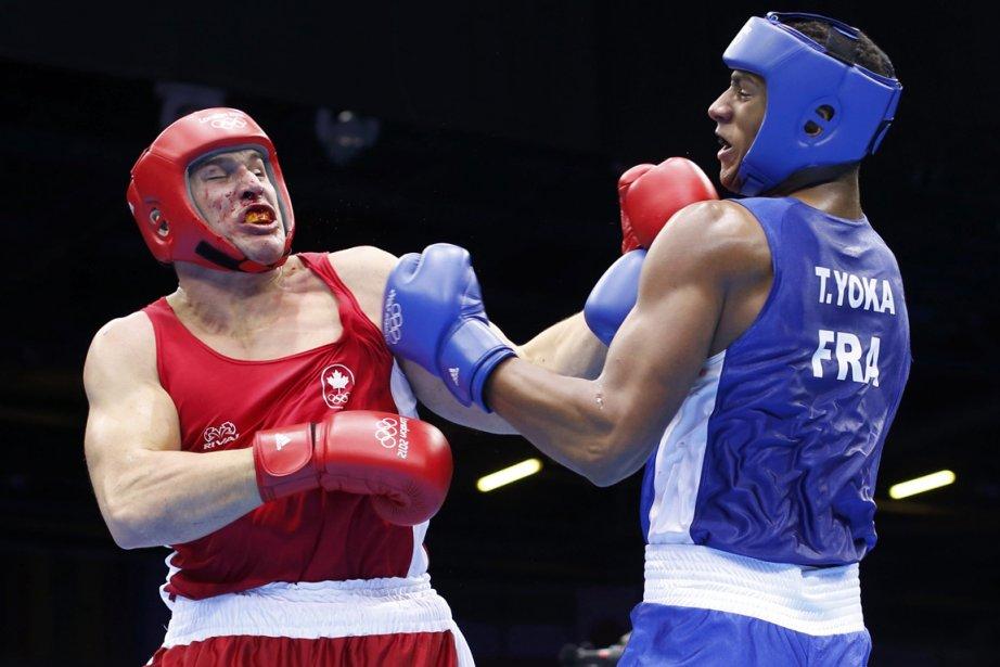 Le boxeur québécois Simon Kean (à gauche) a... (Photo: Reuters)