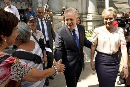 Le premier ministre Jean Charest, accompagné de sa... (Photo: PC)