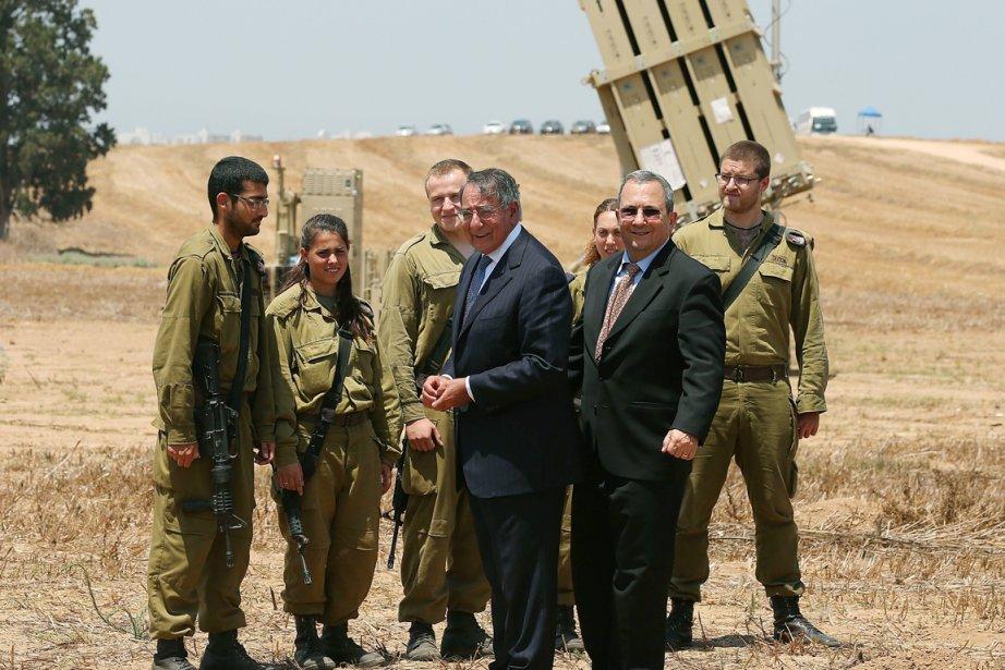 Le chef du Pentagone Leon Panetta (au centre)... (PHOTO MARK WILSON, AFP)