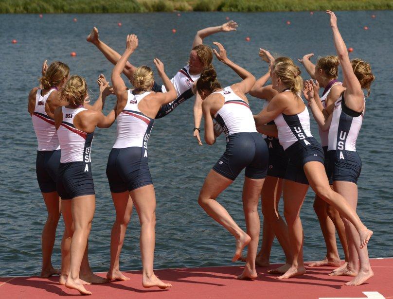 Les Américaines célèbrent leur médaille d'or en aviron au huit de pointe. | 2 août 2012