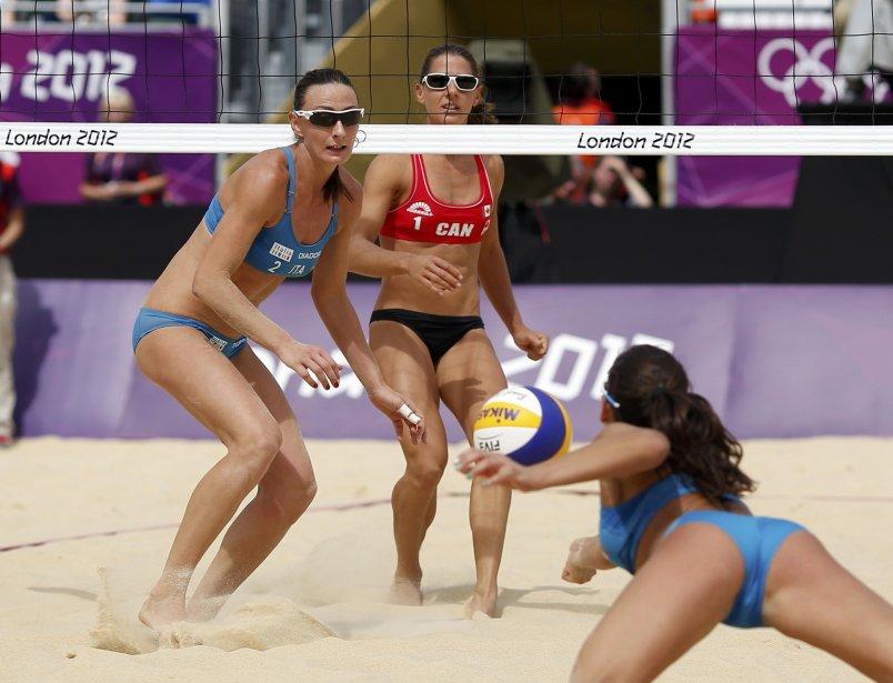 La compétition des Canadiennes Annie Martin (au centre) et Marie-Andrée Lessard est terminés après leur défaite contre les Italiennes Marta Menegatti (à droite) et Greta Cicolari (à gauche). | 2 août 2012