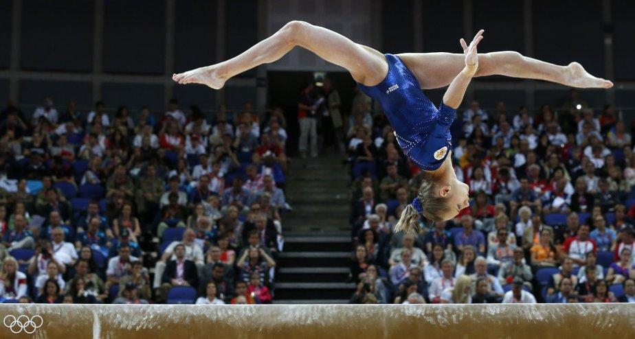 La Russe Victoria Komova fait un saut sur la poutre dans le concours général de gymnastique. | 2 août 2012