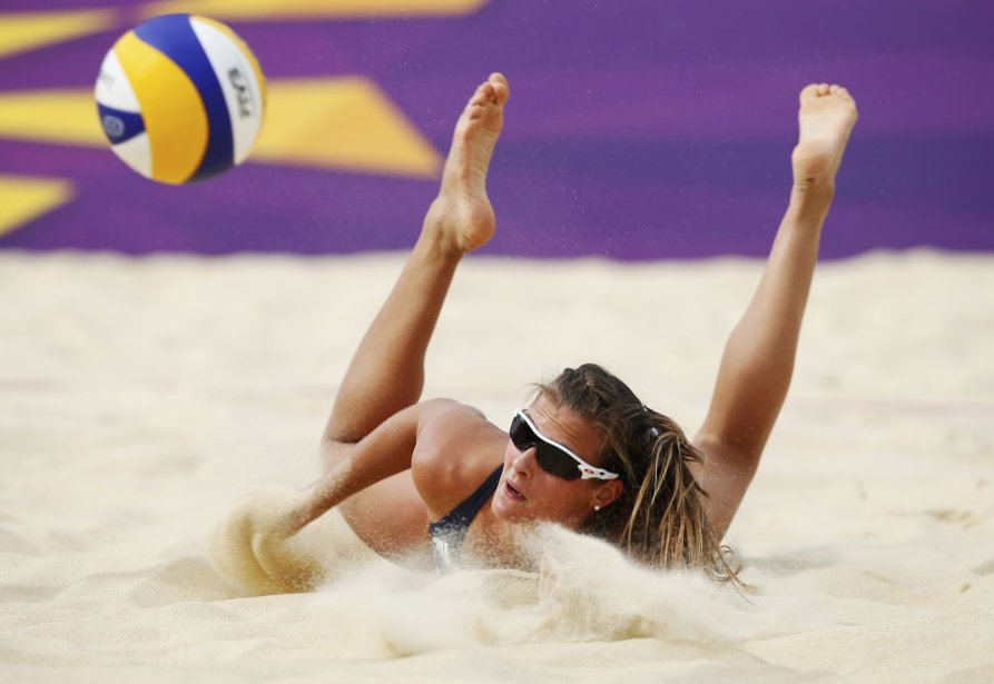 La Britannique Zara Dampney n'a pu se rendre à ce ballon lors du match contre les Russes Ekaterina Khomyakova et Evgeniya Ukolova. | 2 août 2012