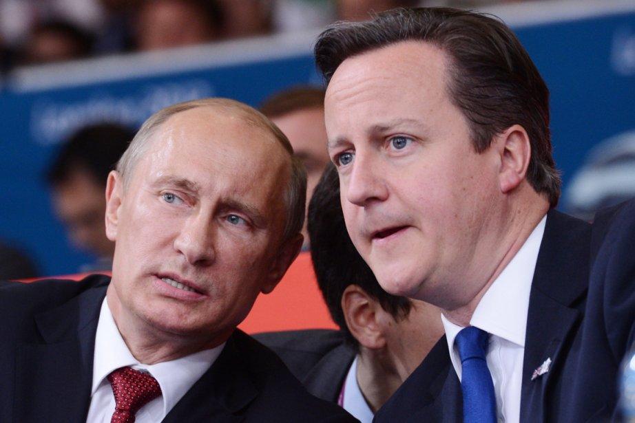 Le président russe Vladimir Poutine (à gauche) et... (PHOTO FRANCK FIFE, AFP)