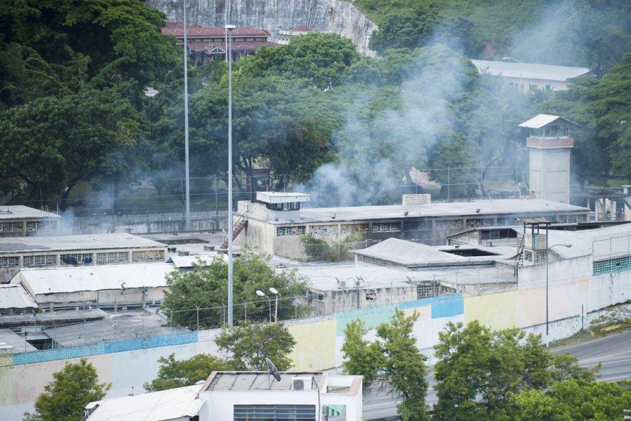 De la fumée s'élève du pénitencier La Planta,... (PHOTO LEO RAMIREZ, AFP)