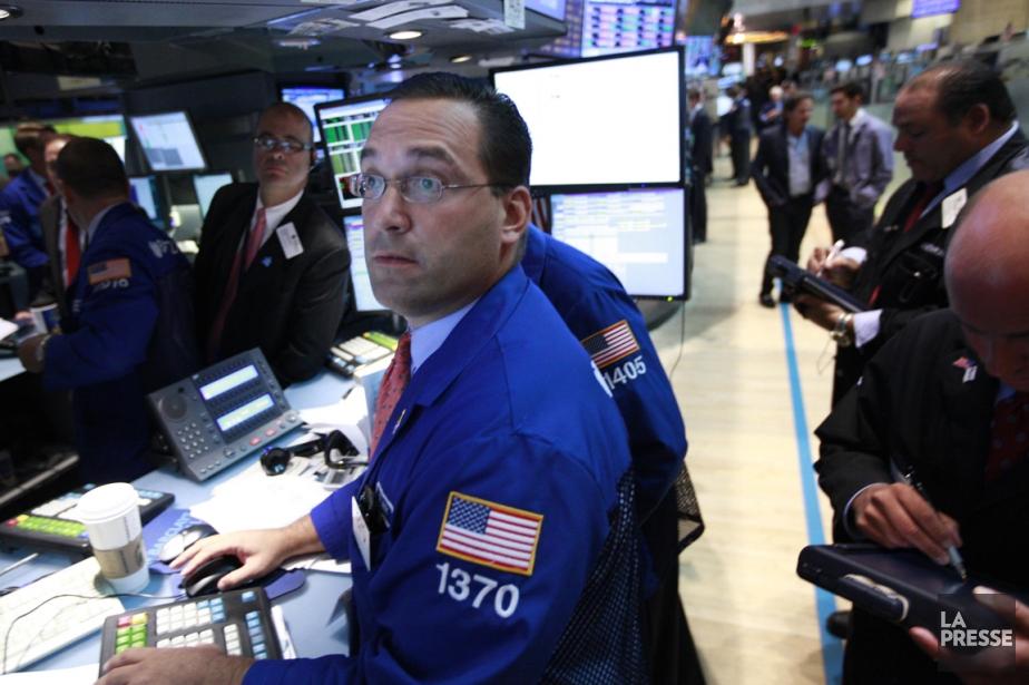 Les marchés boursiers ont clôturé en baisse, jeudi,... (PHOTO BRENDAN McDERMID, REUTERS)