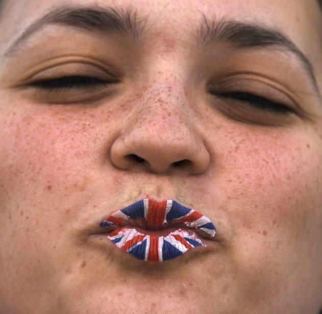 Une jeune femme avait peint ses lèvres aux couleurs du drapeau britannique près du bassin olympique. | 2 août 2012