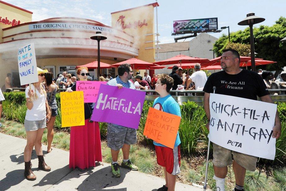 Manifestation devant un restaurant Chick-Fil-A à Hollywood, en... (PHOTO ROBYN BECK, AFP)