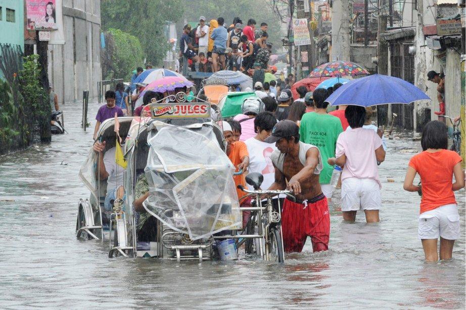 Les pluies de la mousson continuaient de s'abattre... (PHOTO JAY DIRECTO, AFP)