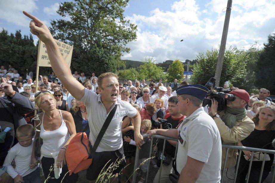 Quelques centaines de personnes se sont rassemblées vendredi... (PHOTO LAURENT DUBRULE, REUTERS)