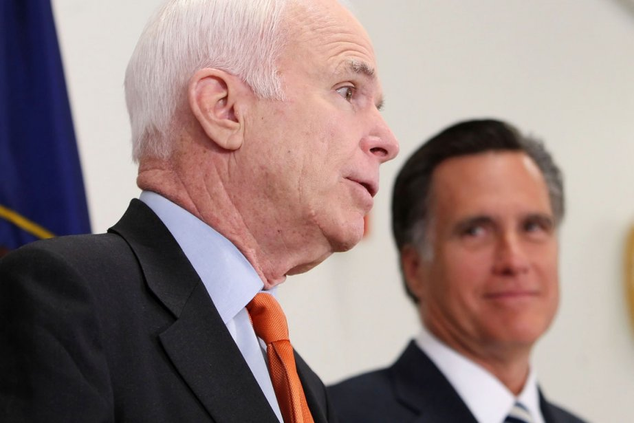 Rivales à l'époque,John McCain (premier plan) et Mitt... (PHOTO GEORGE FREY, ARCHIVES BLOOMBERG NEWS)