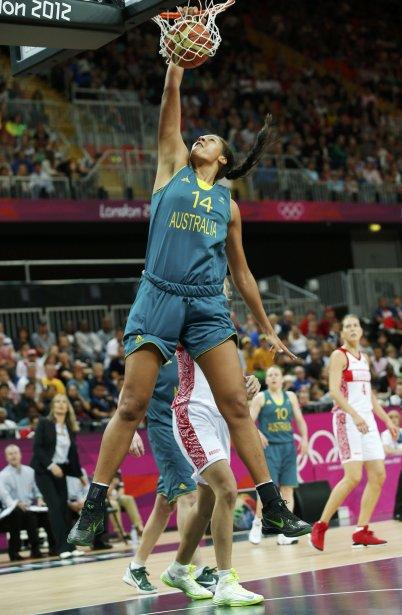L'Australienne Liz Cambage a réussit un dunk, un exploit très rare au basket féminin. | 3 août 2012