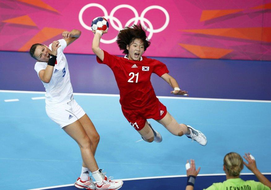 La Sud-Coréenne Jing Jihae effectue un tir dans un match de handball contre la France. | 3 août 2012