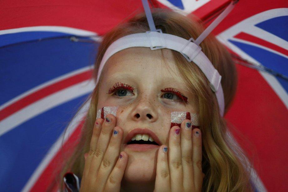 Une partisane britannique est anxieuse en regardant un match de handball entre son pays et l'Angola. | 3 août 2012