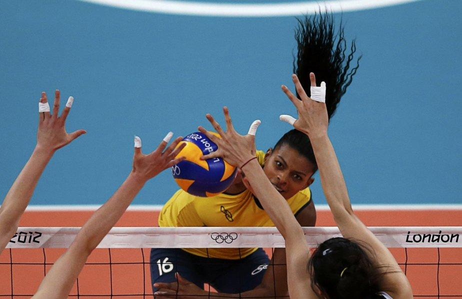 La Brésilienne Fernanda Rodrigues bloque un ballon devant les Chinoises Hui Ruoqi et  Yang Junjing. | 3 août 2012
