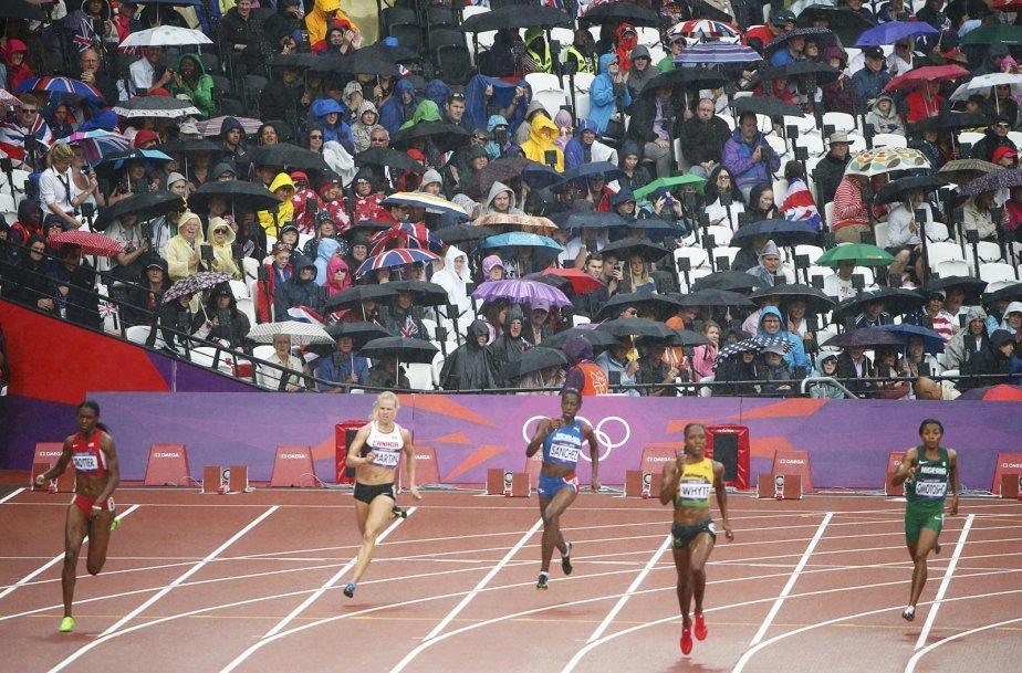 Les coureuses du 400 m ont dû composer avec la pluie au stade olympique de Londres. | 3 août 2012