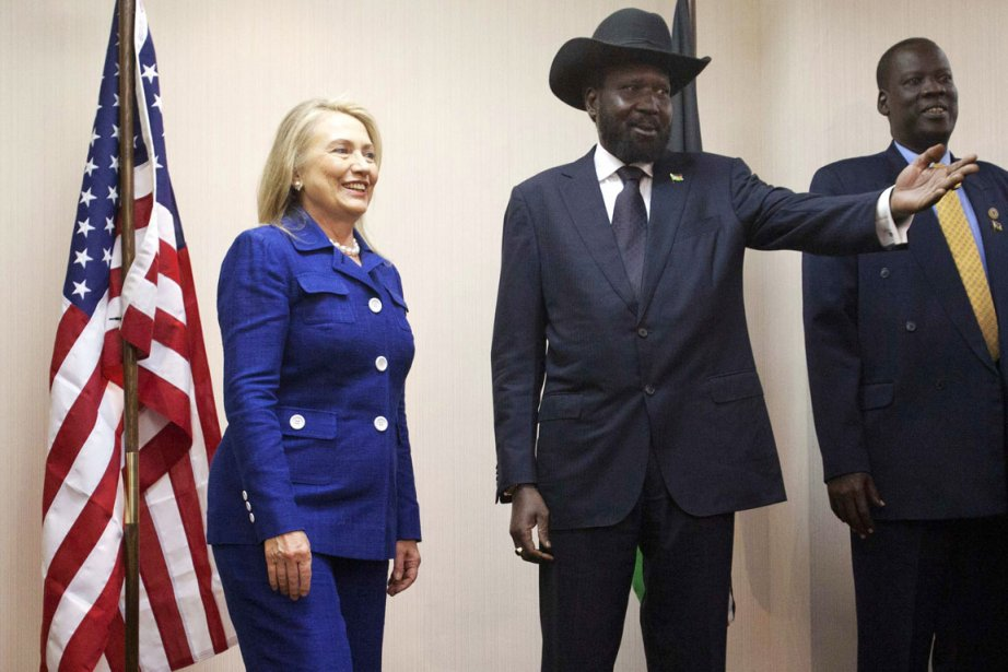 La secrétaire d'État américaine Hillary Clinton en compagnie... (PHOTO JACQUELYN MARTIN, REUTERS)
