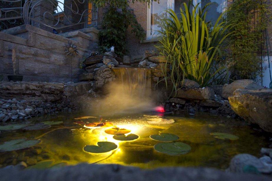 La lumière du bassin produit un bel effet.... (Photo Hugo-Sébastien Aubert, La Presse)