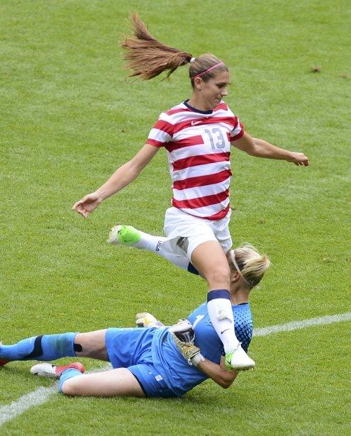 Le genou de l'Américaine Alex Morgan est entré en collision avec la tête de la gardienne néo-zélandaise Jenny Bindon. | 3 août 2012