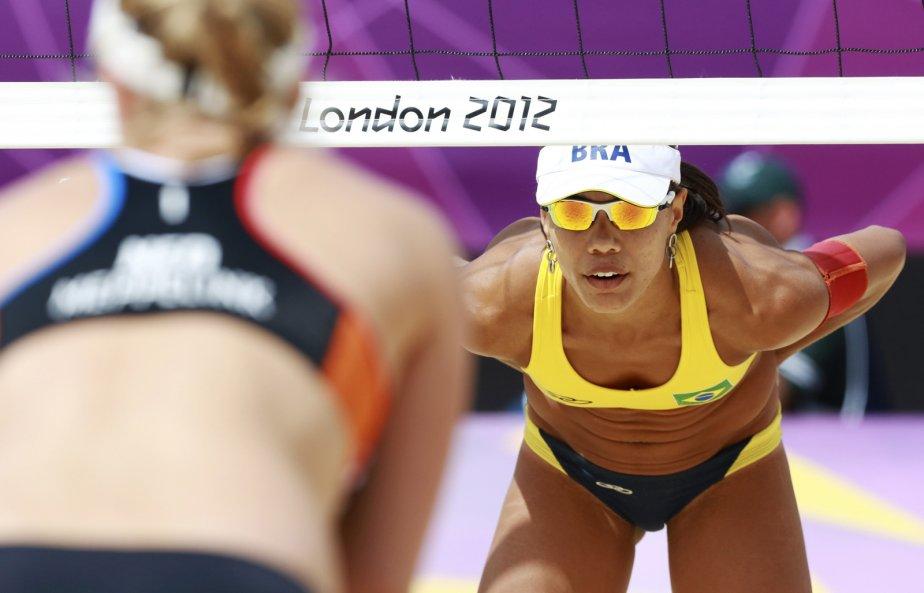 La Brésilienne Juliana Silva attend la prochaine attaque de ses adversaires néerlandaises. | 3 août 2012