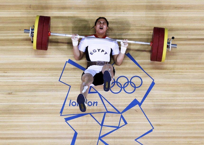 L'haltérophile égyptien Khalil K Abir Abdelrahman est tombé après un essai raté. | 3 août 2012