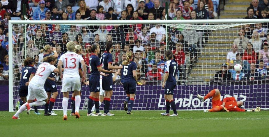 Christine Sinclair a marqué sur un superbe coupe franc dans une victoire de 2-0 de l'équipe canadienne féminine de soccer contre les Britanniques en quart de finale. | 3 août 2012