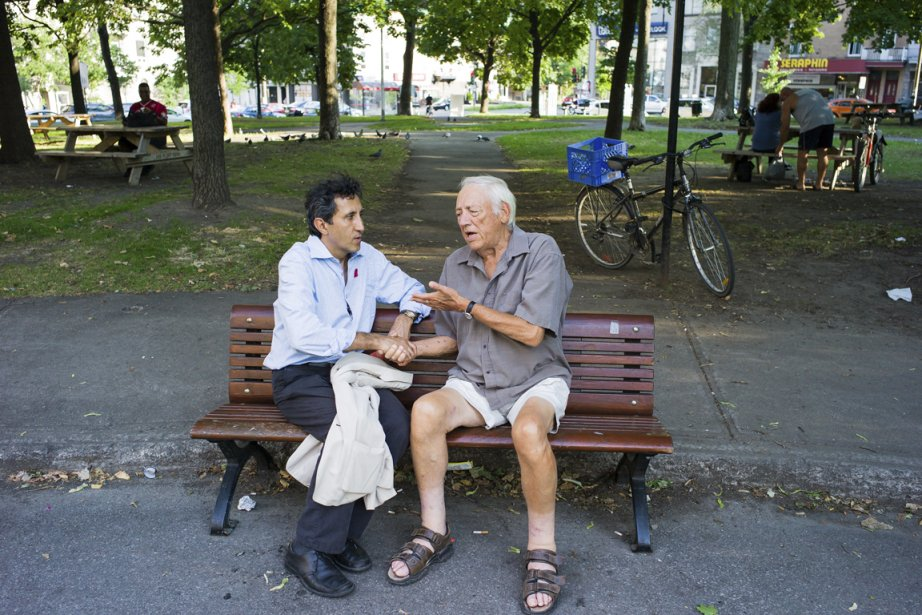 Amir Khadir, co-chef de Québec solidaire, discute avec... (PHOTO EDOUARD PLANTE-FRÉCHETTE, LA PRESSE)