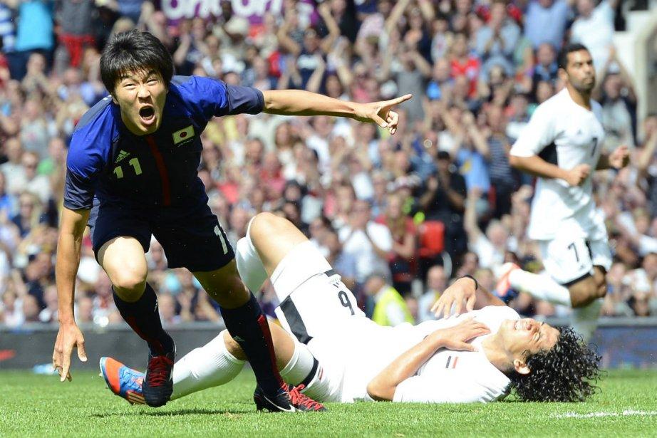 Kensuke Nagai, à gauche, célèbre le but du... (Photo Nigel Roddis, Reuters)