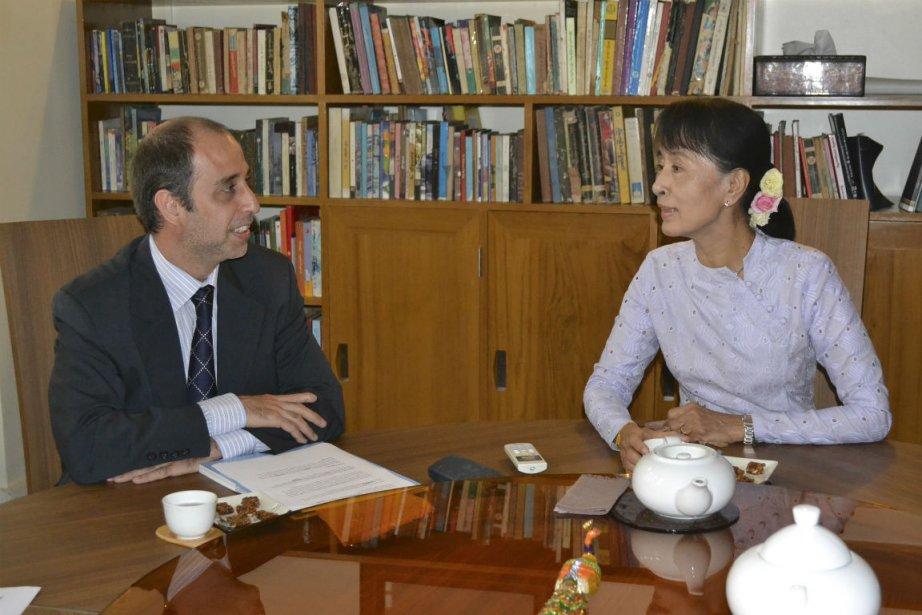 Tomas Ojea Quintana etAung San Suu Kyi... (Photo Reuters)