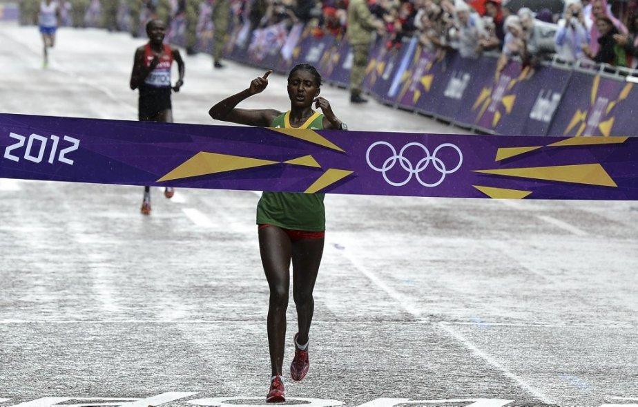 L'Éthiopienne Tiki Gelana a remporté le marathon féminin en 2h23:07, un record olympique. Elle a devancé la Kényane Priscah Jeptoo par cinq secondes. | 5 août 2012
