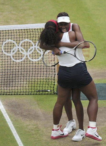Les Américaines Serena et Venus Williams célèbrent après avoir remporté l'or en double féminin en disposant des Tchèques Andrea Hlavackova et Lucie Hradecka 6-4, 6-4, en finale. | 5 août 2012