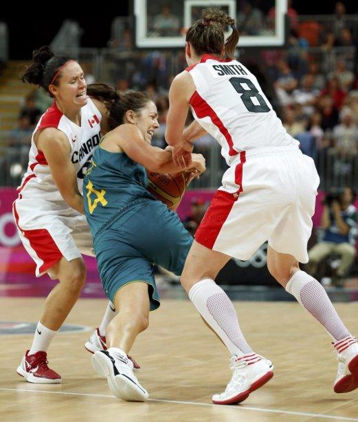 En basketball féminin, l'équipe canadienne (en blanc et rouge) s'est inclinée 72-63 devant l'Australie dans son dernier match du tour préliminaire du groupe B. | 5 août 2012