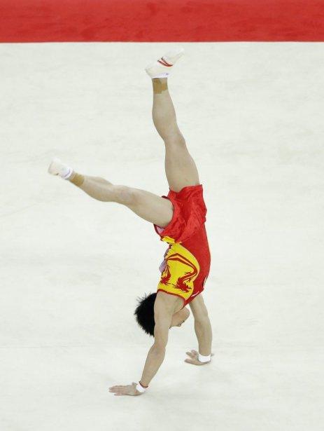 Le gymnaste chinois Zou Kai a défendu avec succès son titre au sol pour mettre la main sur sa cinquième médaille d'or olympique. | 5 août 2012