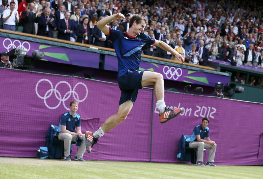 À défaut de remporter un tournoi du Grand Chelem dans ses terres, Andy Murray s'est décoré d'or olympique devant les siens en battant Roger Federer 6-2, 6-1, 6-4 en finale du simple masculin. | 5 août 2012